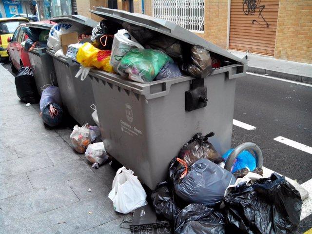 Contenedores repletos, en la ciudad de Alicante