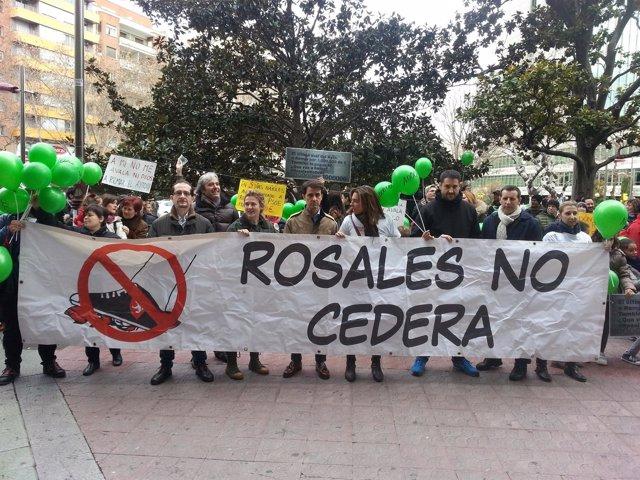 Unas 700 personas protestan contra el aval concedido por el Ayuntamiento a REMAR