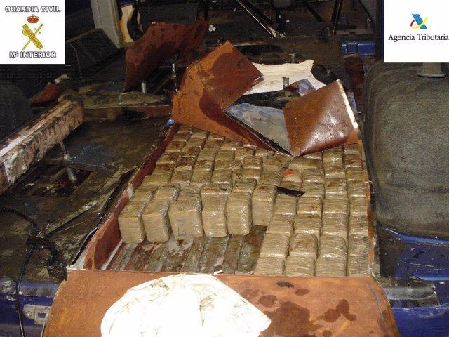 Detalle doble fondo construido en la furgoneta con droga en su interior