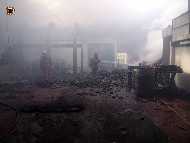 Estado en que ha quedado la nave de Benicull tras el incendio