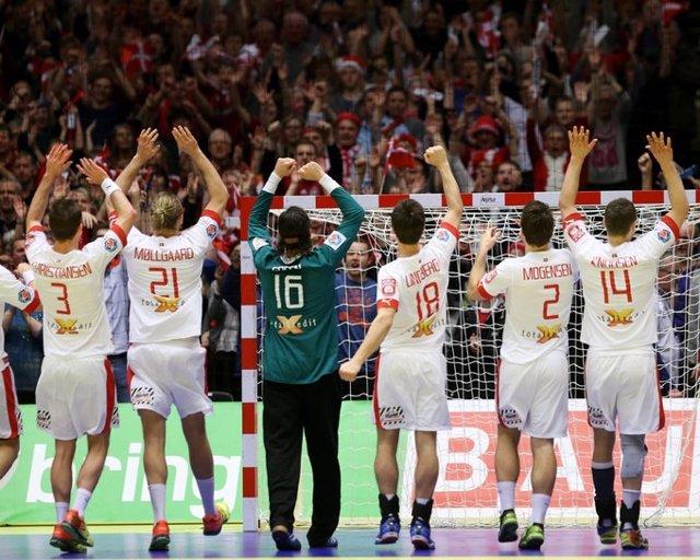 La selección danesa celebra una victoria en el Europeo de balonmano