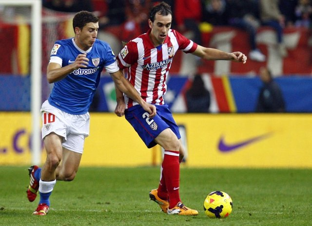 Godín y De Marcos pelean un balón en el partido de liga