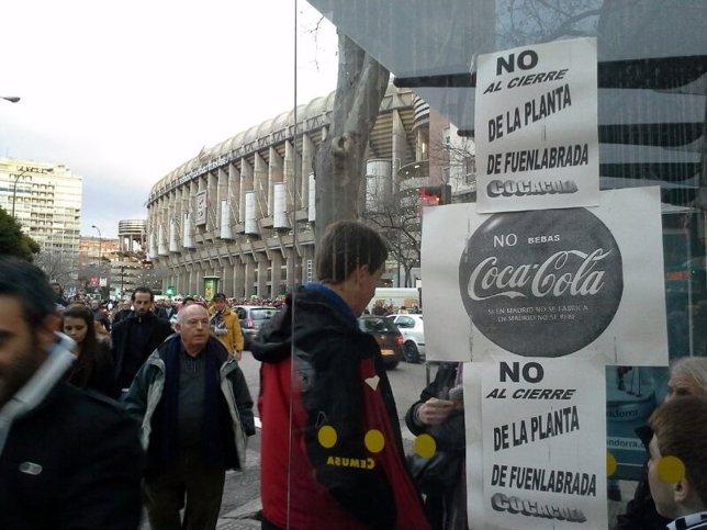 Uno de los carteles de protesta pegados en los aledaños del Santiago Bernabéu