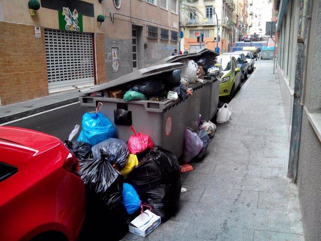 Acumulación de residuos en la calle Manuel Antón, junto al Mercado Central