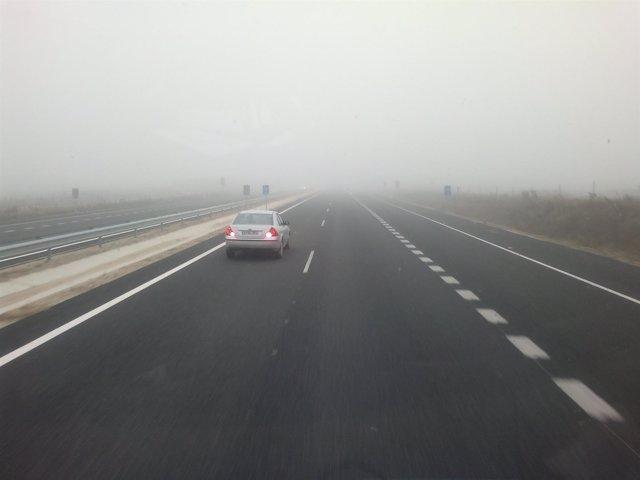 Imagen de archivo niebla en la carretera.