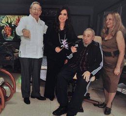 Raúl Castro, Cristina Fernández de Kirchner y Fidel Castro en Cuba