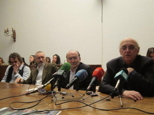 Feijoo, Pérez-Reverte y Márkaris, en rueda de prensa en Santiago