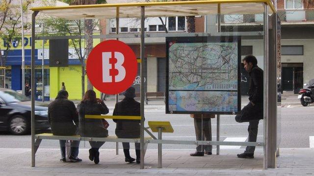 Gente esperando autobús en Barcelona el 14N del 2012