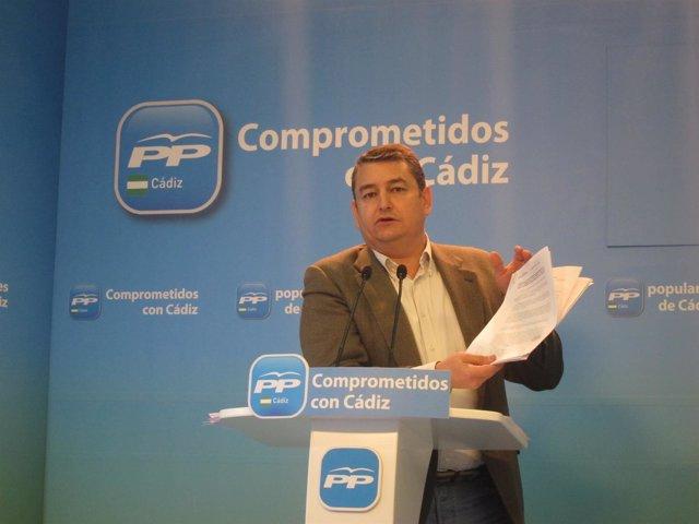 El presidente del PP, Antonio Sanz, mostrando documentos en la rueda de prensa