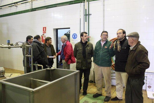 Dirigentes del PSOE en la coopertativa de Olibeas.