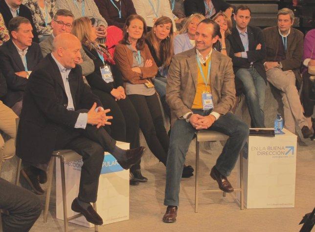 José Ignacio Wert (izq) y José Ramón Bauza (drcha) en la Convención del PP