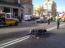 Accidente entre una moto y un turismo