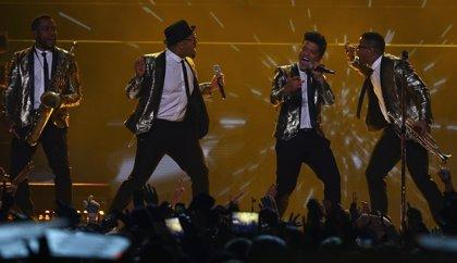 Bruno Mars y los Chili Peppers caldean la Super Bowl
