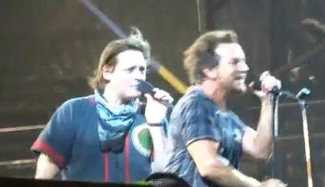 Win Butler y Eddie Vedder