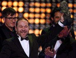 El director venezola Miguel Ferrari, con el Premio Goya