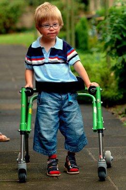 Foto recurso niño con parálisis cerebral