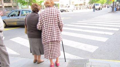 Las mujeres mayores de 65 años viven más pero en peores condiciones de salud que los hombres