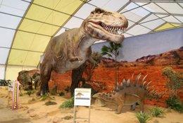 Dinosaurio de la muestra Dinosaurios Park archivo