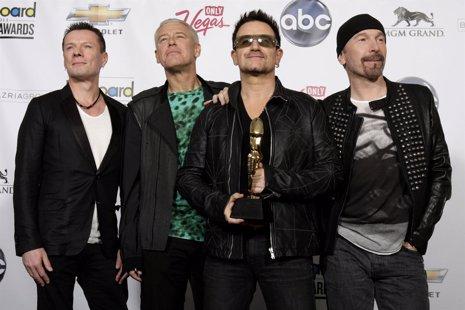 Los Componentes Del Grupo Irlandés U2 Posan Con Un Premio