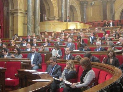 El Parlament catalán rechaza la reforma del Gobierno central con CiU dividida
