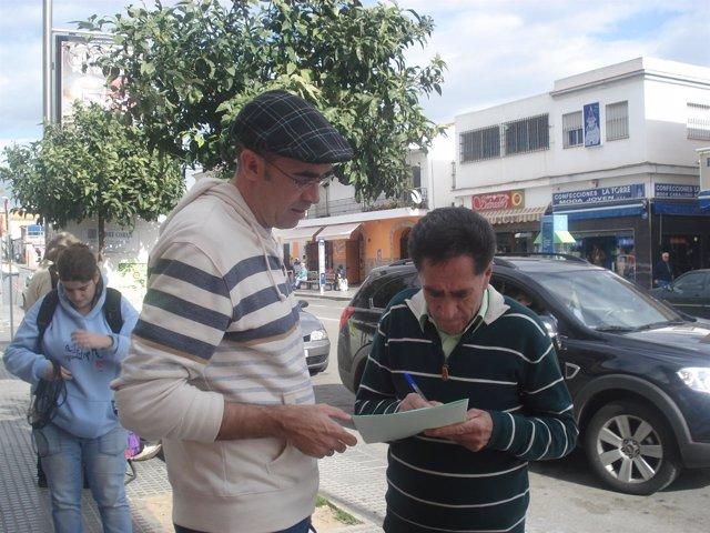 Eduarzo Zorrilla, de IU, recoge firmas contra la nueva tarifa del agua