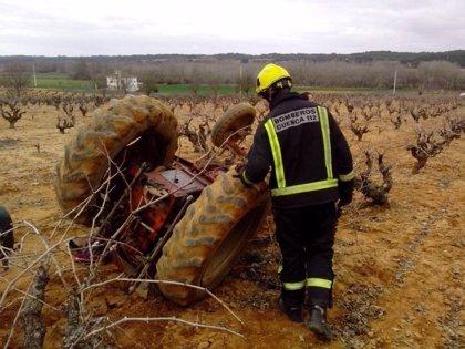 Rescatado un agricultor tras quedar atrapado al volcar el tractor que conducía en El Picazo (Cuenca)