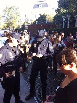 Policía identificando a manifestantes del 25S en Cuesta de Moyano