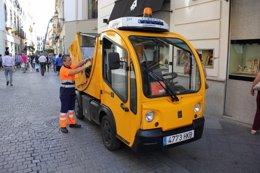 Una trabajadora de la empresa de limpieza de Sevilla Lipasam