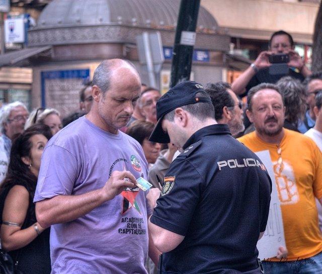 El dirigente de IU Almería Fernando Plaza es identificado por la policía