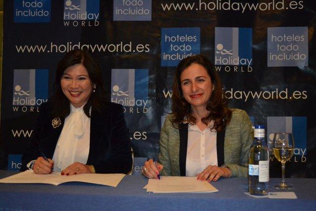 Leticia Chen y la responsable de Holiday World