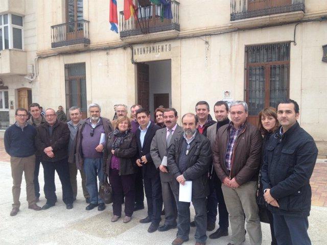 Reyes, en el centro, con alcaldes de las comarcas de Segura y Las Villas.