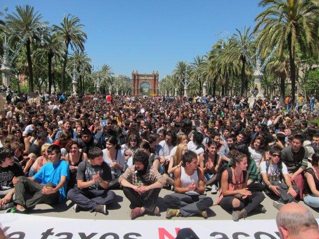 Miles De Estudiantes Se Manifiestan En Barcelona Con Los Recortes