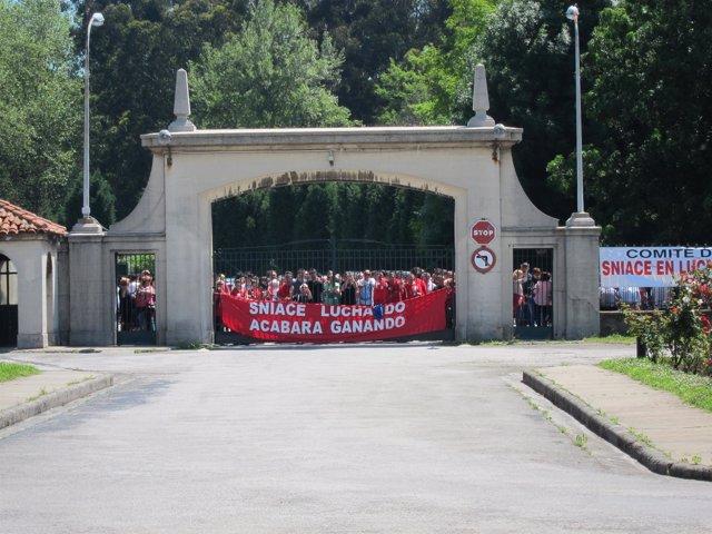 Trabajadores de Sniace protestando en la fábrica