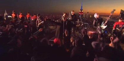 U2 actúan en la azotea del Top of the Rock