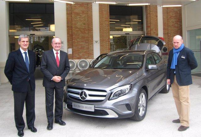 El alcalde de Málaga, De la Torre, presenta un nuevo vehículo de Mercedes