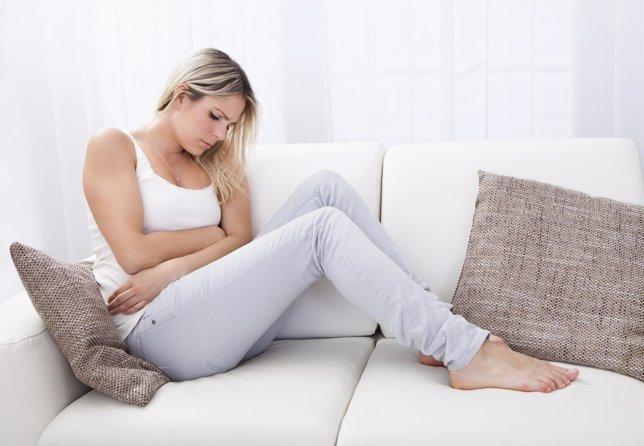 Mujer dolor de estómago