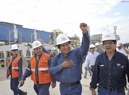 Morales conduce un camión de alto tonelaje para reconstruir un dique