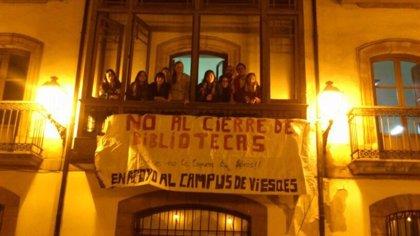 Estudiantes de la Universidad de Oviedo pasan la noche encerrados contra el cierre de bibliotecas