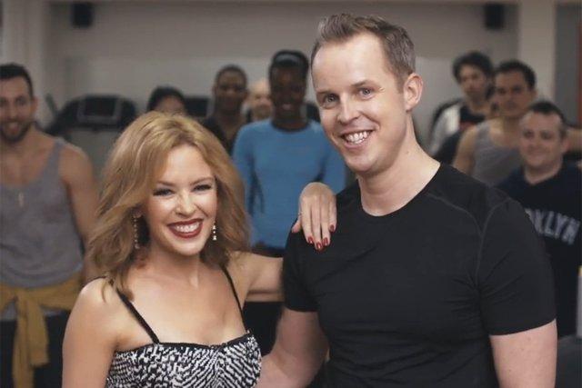 Kylie Minogue sorprende a un fan en el gimnasio cantándole en directo flexiones