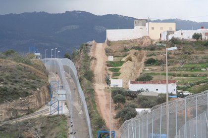 Frenan varios intentos de nuevos asaltos masivos a la valla de Melilla