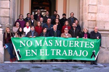 PSOE e IU guardan un minuto de silencio a las puertas del Ayuntamiento por el trabajador fallecido en el Pítamo