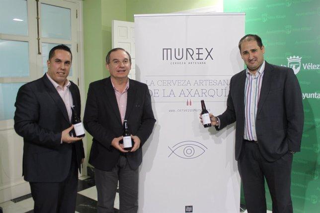 El alcalde de Vélez, Delgado Bonilla, y los impulsores de la cerveza Murex