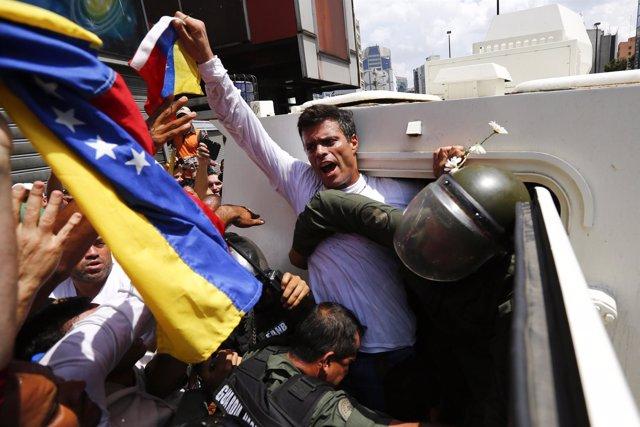 Leopoldo López siendo detenido por la Guerdia Nacional de Venezuela.