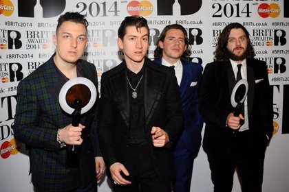 Arctic Monkeys arrasan en los Brit Awards 2014