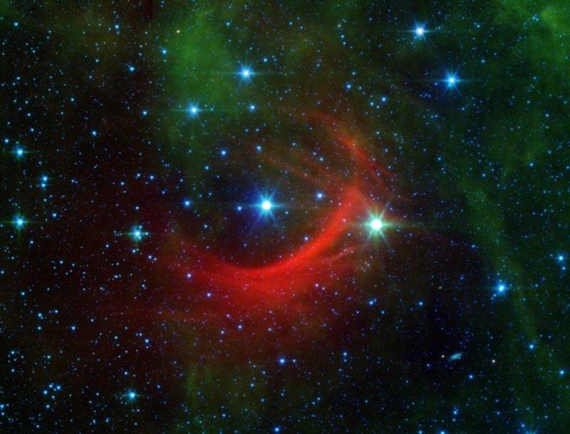 Spitzer capta enormes ondas de impacto causadas por una estrella veloz