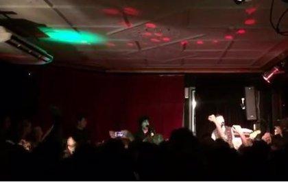 Green Day actúan en un pequeño pub australiano