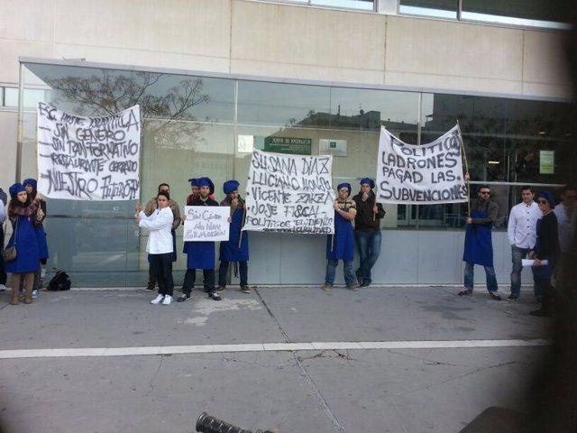 Alumnos de la escuela de hostelería de Islantilla se manifiestan ante Educación.