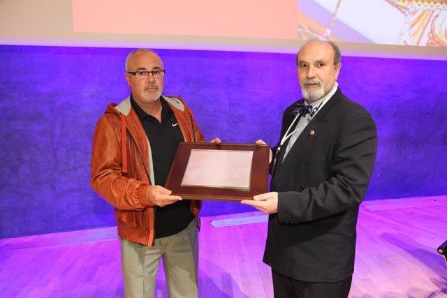 J.A.Iniesta recibe el 'Arteria de oro' de manos de J.Carballo