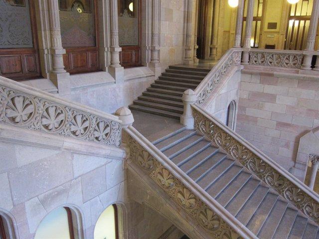 Escaleras de la entrada de la Audiencia de Barcelona