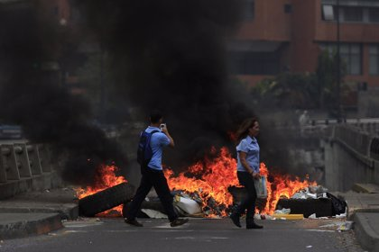 Aumentan las protestas en Venezuela con barricadas incendiadas en las calles